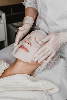 Kobieta zaczyna zabieg maski na skórę