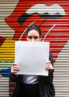 Kobieta zakrywa jej twarz z papierem