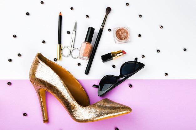 Kobieta zakupoholiczka. akcesoria damskie. akcesoria dla kobiet, na różowym tle pastelowym. pojęcie piękna i mody. widok z góry, płaski minimalizm. leżał płasko