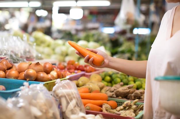 Kobieta zakupy organiczne warzywa i owoce