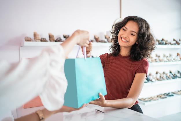 Kobieta zakupy w butiku w mal