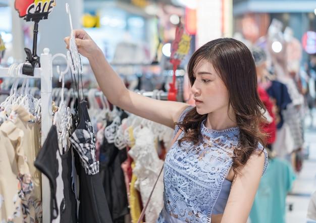 Kobieta zakupy w sklepie odzieżowym