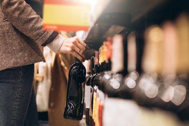 Kobieta zakupy w sklepie spożywczym