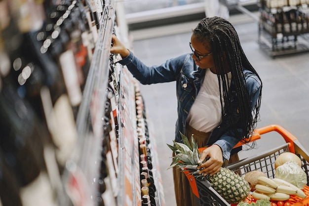 Kobieta zakupy warzyw w supermarkecie