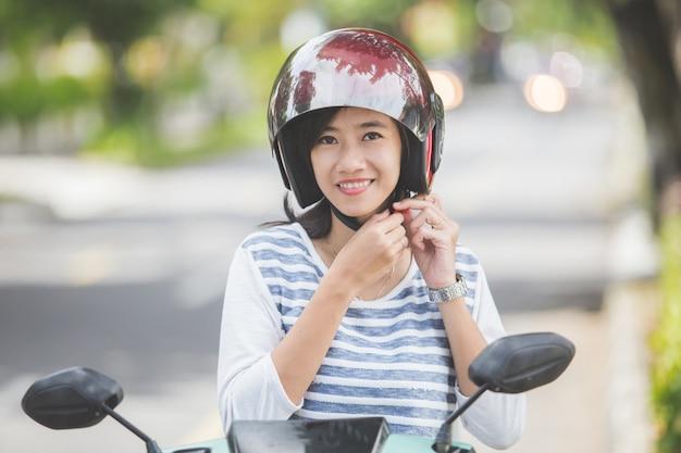 Kobieta założyła kask przed jazdą na motocyklu