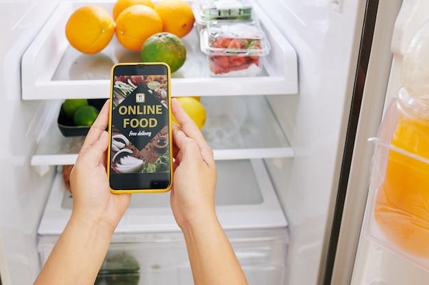 Kobieta zamawia jedzenie online