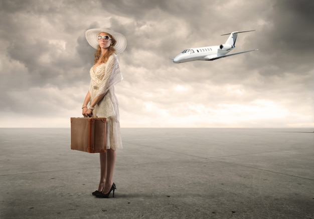 Kobieta zamierza podróżować samolotem