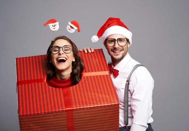 Kobieta zapakowana przez chłopaka w wielki prezent gwiazdkowy