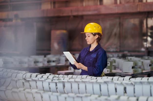 Kobieta zarządzająca produkcją