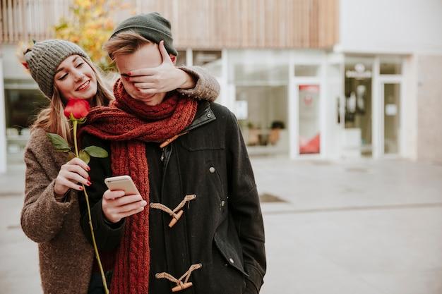 Kobieta zaskakujący człowiek z różą