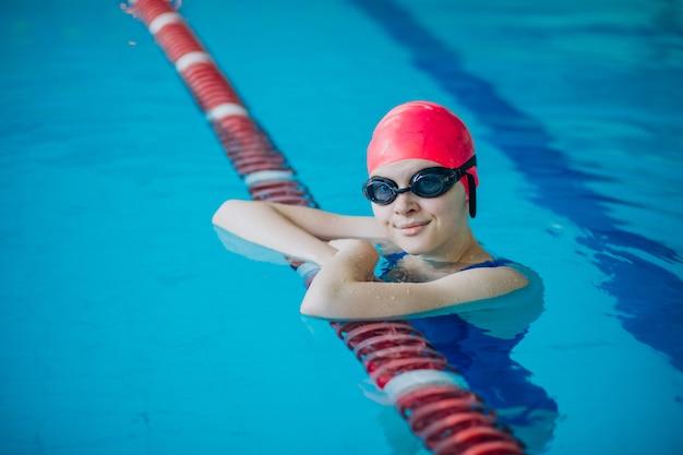 Kobieta zawodowy pływak w basenie