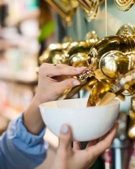 Kobieta zbliżenie zakupy produktów ekologicznych