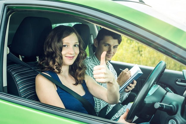 Kobieta zdała egzamin w szkole nauki jazdy