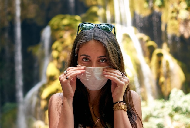 Kobieta zdejmując maskę w naturze