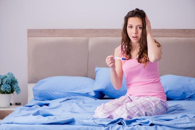 Kobieta zdenerwowana wynikami testu ciążowego
