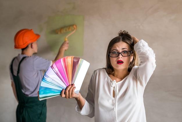 Kobieta zdezorientowana kolorem ściany