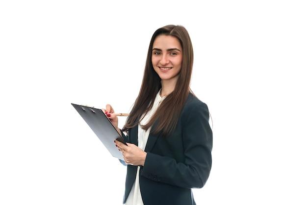 Kobieta ze schowka i formularz 1040 na białym tle na białej ścianie