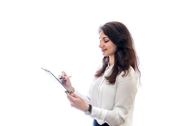 Kobieta ze schowka i formularz 1040 na białym tle