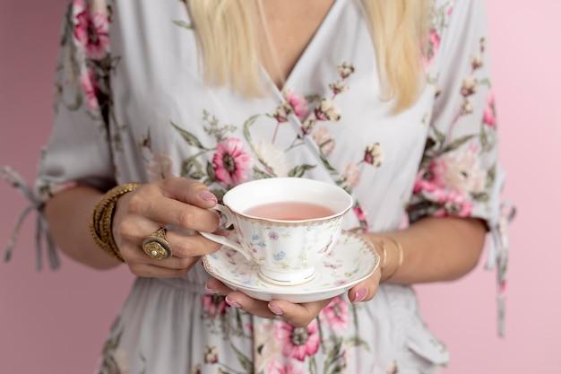 Kobieta ze składem tea party