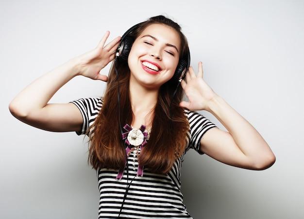 Kobieta ze słuchawkami słuchania muzyki