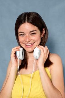 Kobieta ze słuchawkami średni strzał