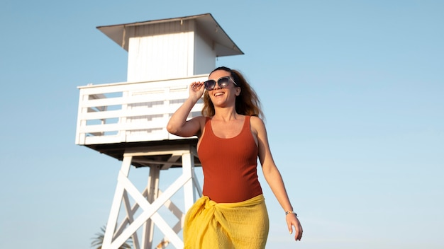 Kobieta ze średnim strzałem w okularach przeciwsłonecznych