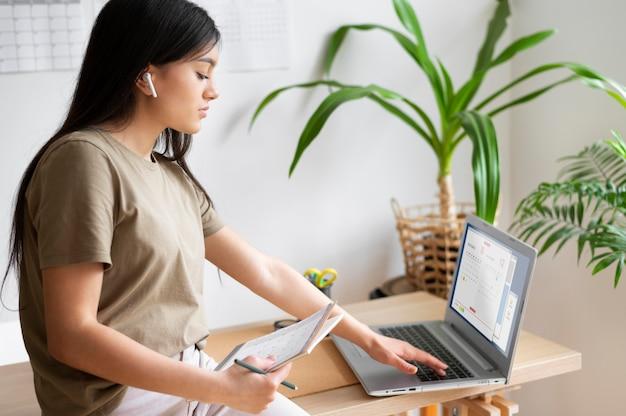 Kobieta ze średnim strzałem z laptopem