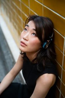 Kobieta ze średnim strzałem ze słuchawkami