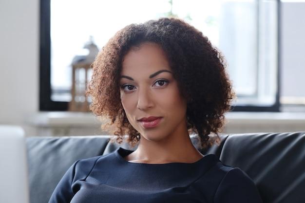 Kobieta ze stawianiem kręcone włosy