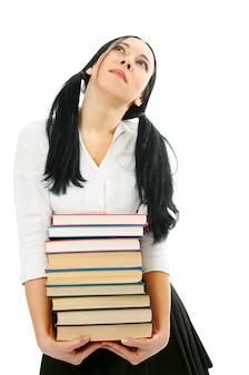 Kobieta ze stosem książek na białym tle