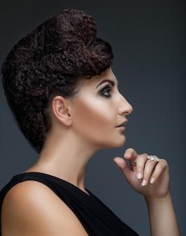 Kobieta ze stylową fryzurą i makijażem