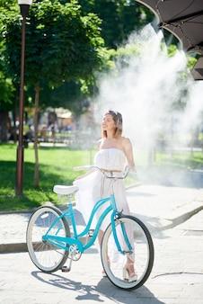 Kobieta ze swoim rowerem