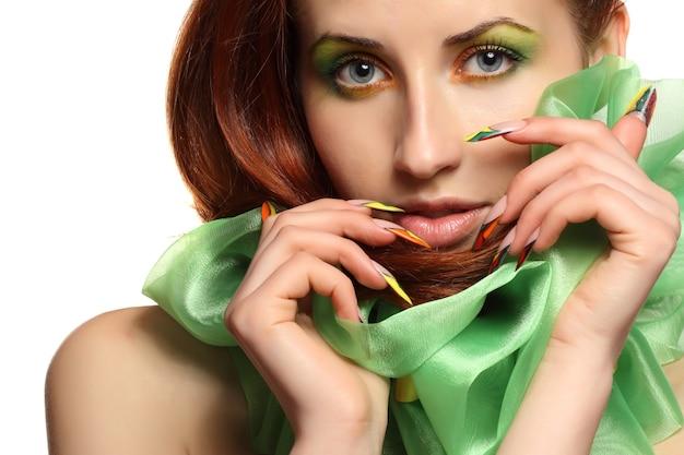 Kobieta ze sztuką manicure francuski