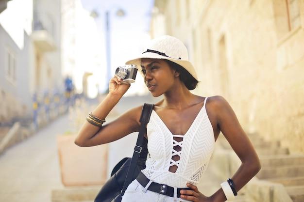 Kobieta ze zdjęciem aparatu