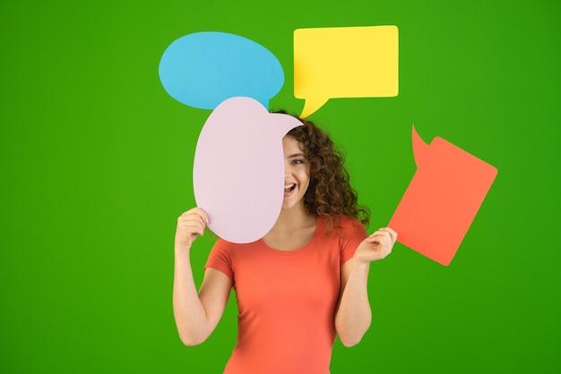 Kobieta ze znakami dialogowymi na zielonym tle