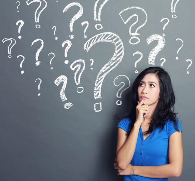 Kobieta ze znakami zapytania