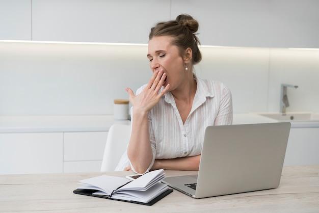 Kobieta ziewanie przy biurku