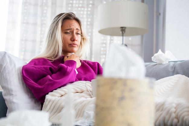 Kobieta złapała przeziębienie i grypę kichającą w tkankę.