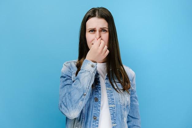 Kobieta źle się czuje i nie lubi zapachu