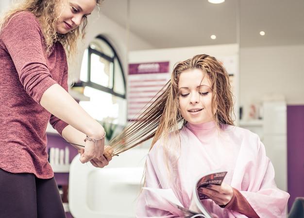 Kobieta zmienia nową fryzurę w salonie