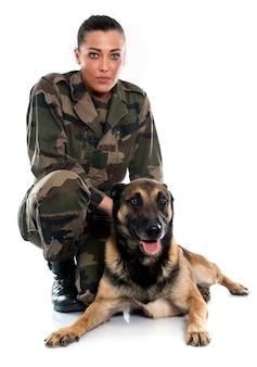 Kobieta żołnierz i malinois