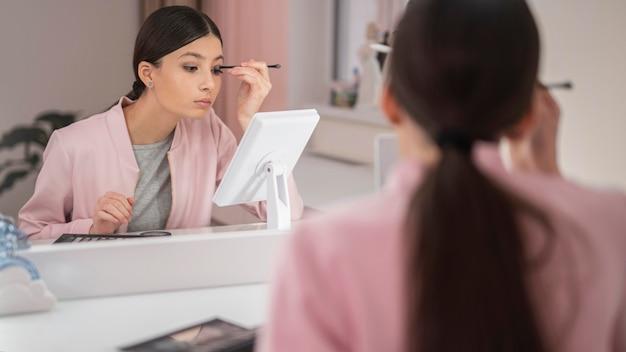 Kobieta zostaje w domu i używa makijażu