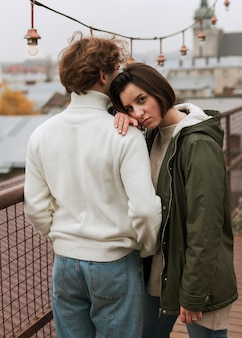 Kobieta zostaje z głową na swoim chłopaku