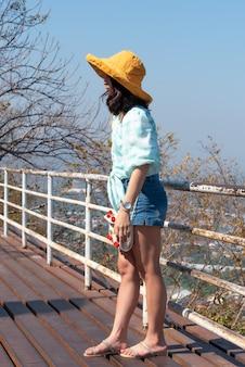 Kobieta zrelaksować się w punkcie widzenia krajobraz na górze