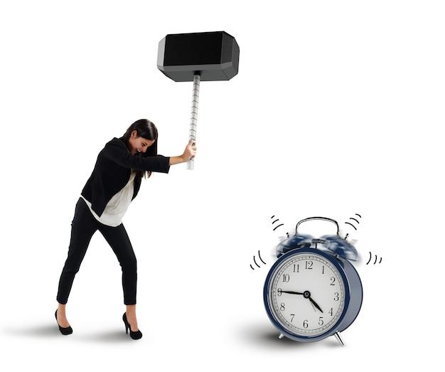 Kobieta zrywa z młotkiem alarm