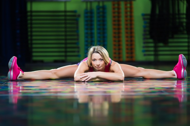 Kobieta zumba fitness tancerz taniec ćwiczenia na podłodze w siłowni