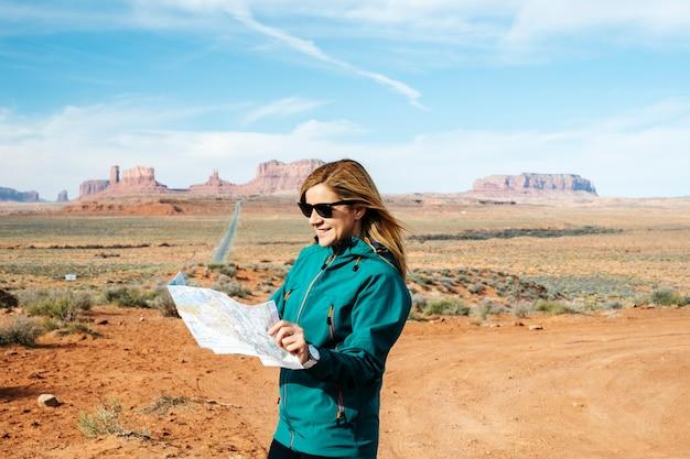 Kobieta zwiedza słynną pustynną autostradę monument valley w stanie utah w usa.