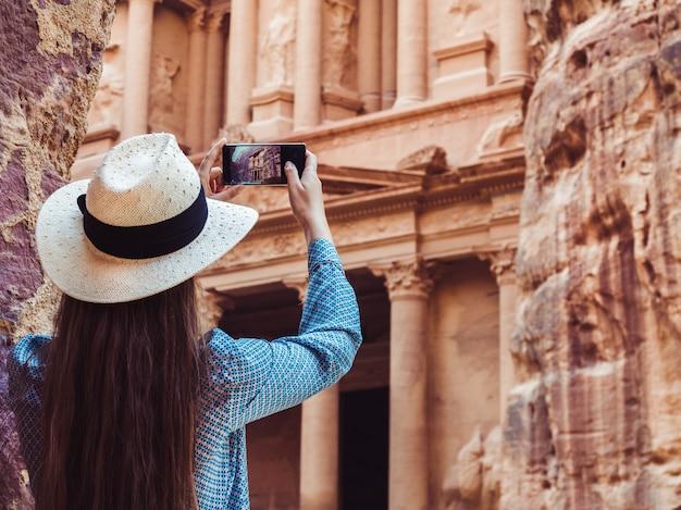 Kobieta zwiedzająca zabytki miasta petra