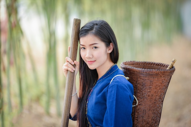Kobiety asia rolnik w bambusowej lasowej natury młodej kobiety uśmiechu życia smokingowy plemię