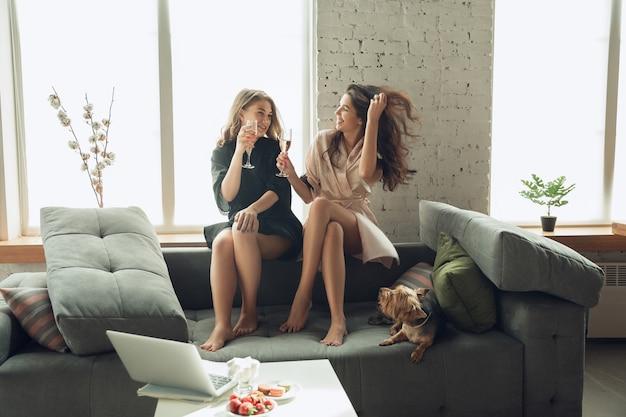 Kobiety bawią się razem, ciesząc się weekendem